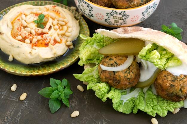 Falafel, ein traditionelles israelisches gericht aus kichererbsen.