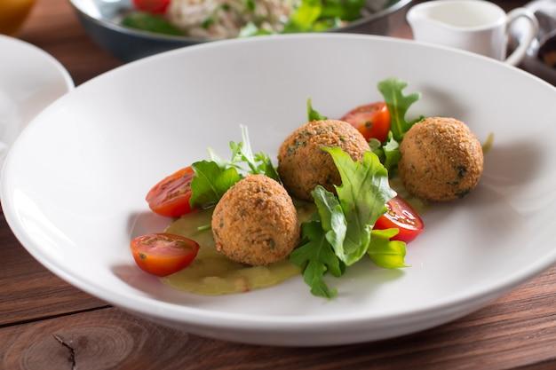 Falafel, kichererbsenbällchen mit gemüse