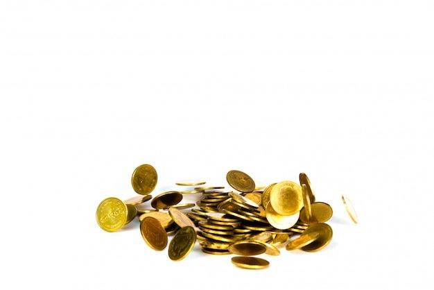 Fallende goldmünze, regengeld lokalisiert auf weißem hintergrund