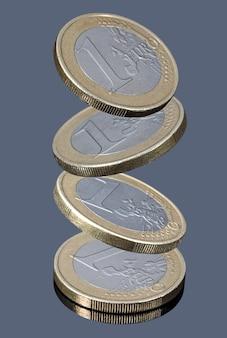 Fallende münzen von einem euro
