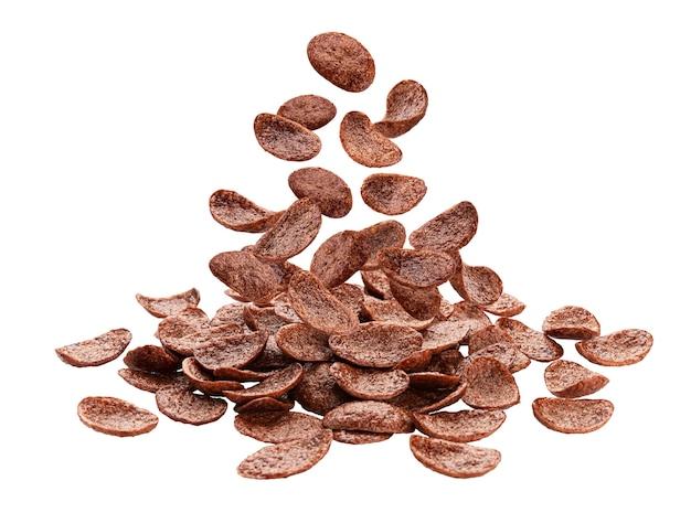 Fallende schokoladen-cornflakes lokalisiert auf weiß mit beschneidungspfad
