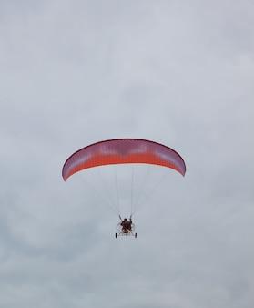 Fallschirm mit einem motor in einem düsteren himmel.