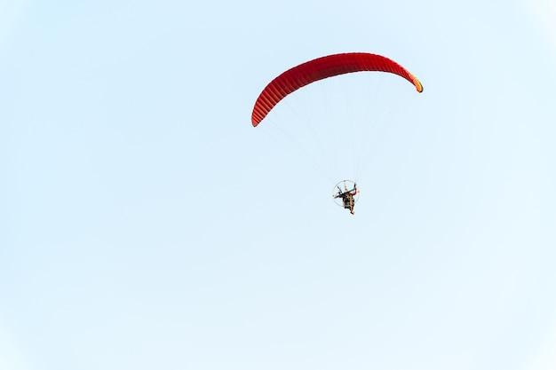Fallschirmjägerfliegen im himmel