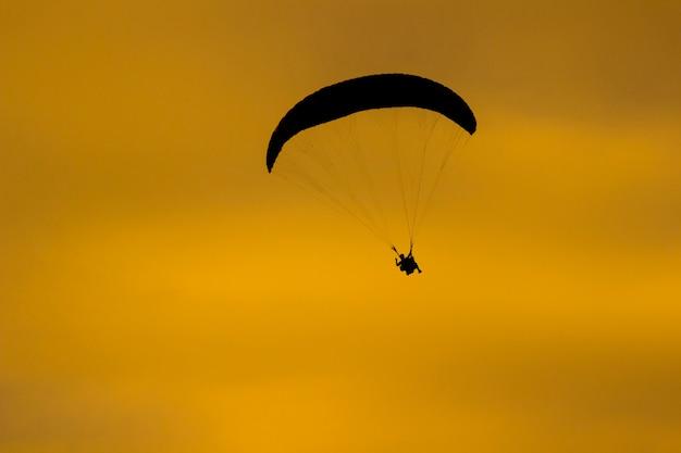 Fallschirmspringer am gelben himmel