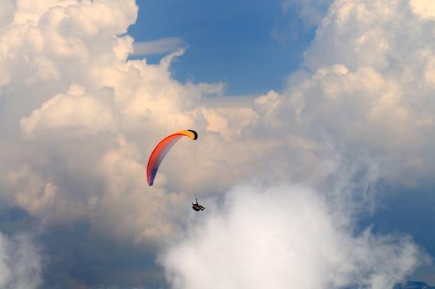 Fallschirmspringer fliegt über die berge