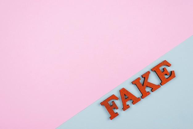 Falsche nachrichten mit kopierraum-draufsicht