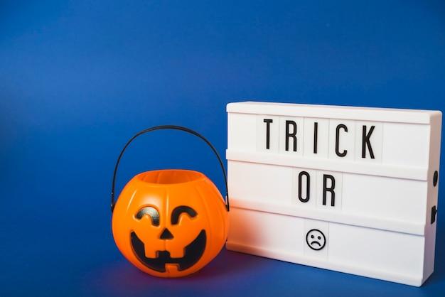 Falscher kürbis halloweens und plastikbrett