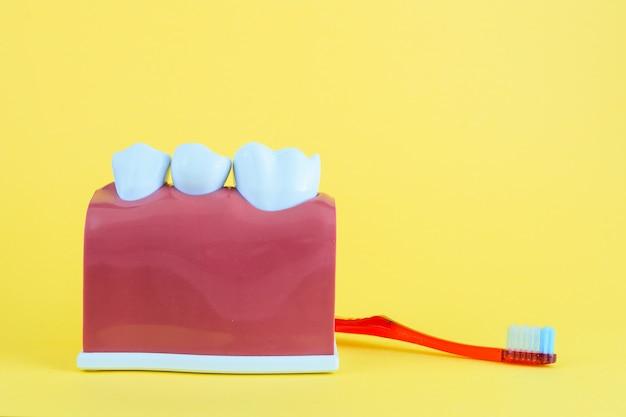 Falscher mund auf gelb mit zahnbürste