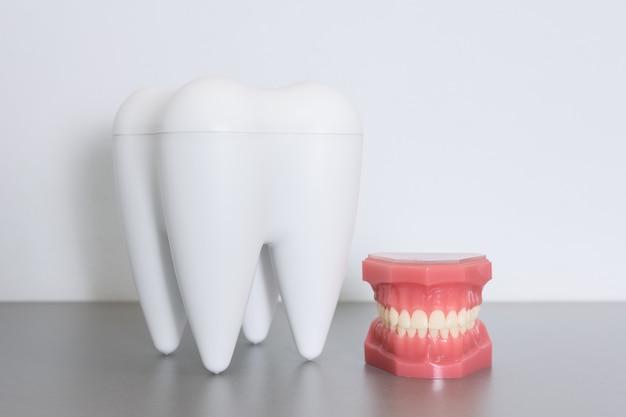 Falscher mund mit großem zahn