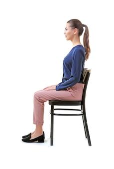 Falsches haltungskonzept. junge frau sitzt auf stuhl vor weißem hintergrund