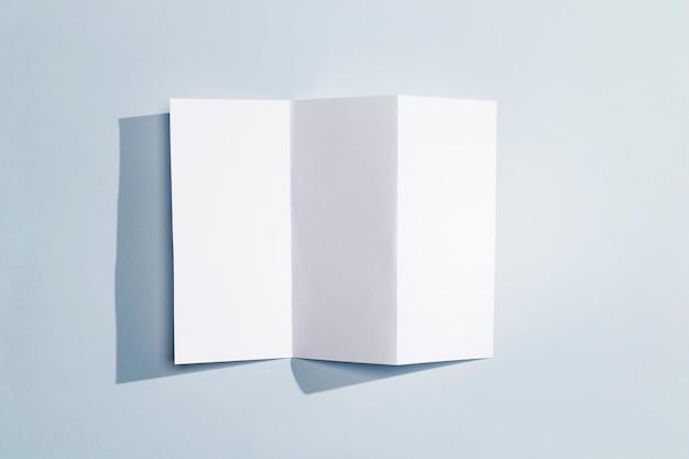 Faltbare broschüre von der draufsicht des weißbuches