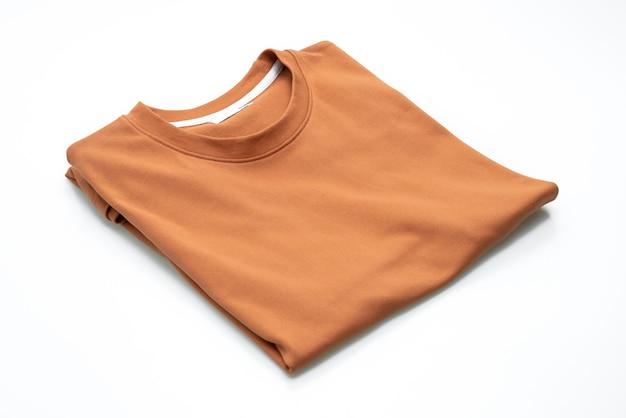 Falte t-shirt isoliert