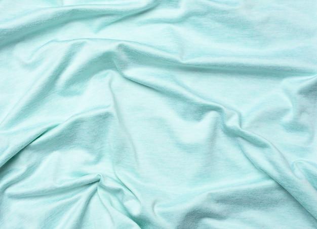 Faltiger blauer baumwollstoff zum nähen von t-shirts und kleidung, nahaufnahme