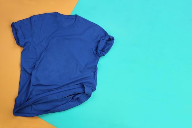 Faltiges blaues t-shirt