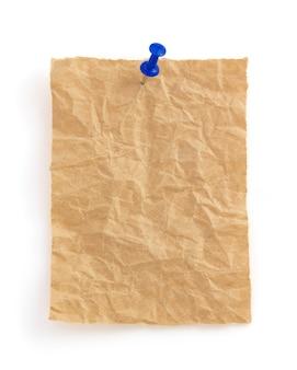Faltiges briefpapier lokalisiert auf weißem hintergrund