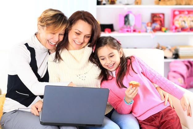 Familie am laptop.