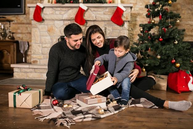 Familie am schornstein zu weihnachten