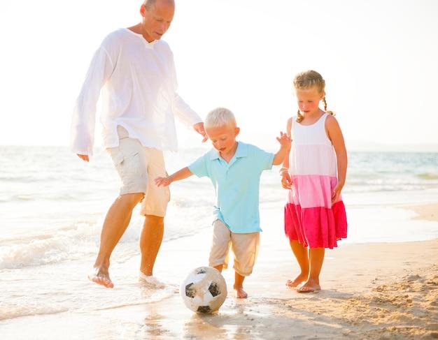 Familie am strand spielen.