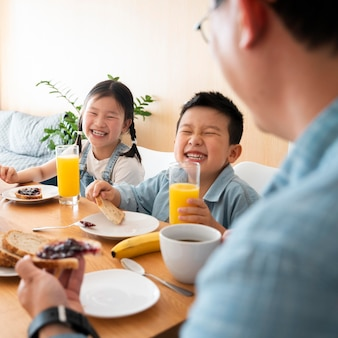 Familie am tisch hautnah