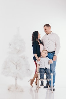 Familie am weihnachtsbaum. frau und kind isoliert.