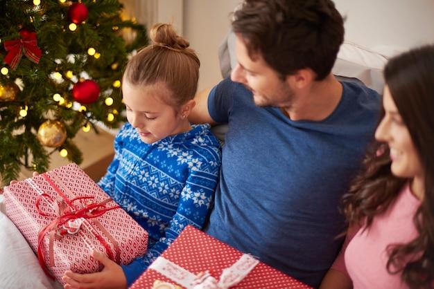 Familie am weihnachtsmorgen mit geschenken
