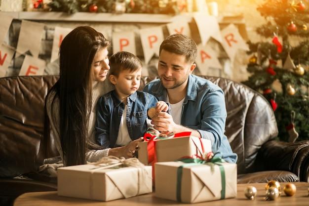 Familie an weihnachten mit geschenken