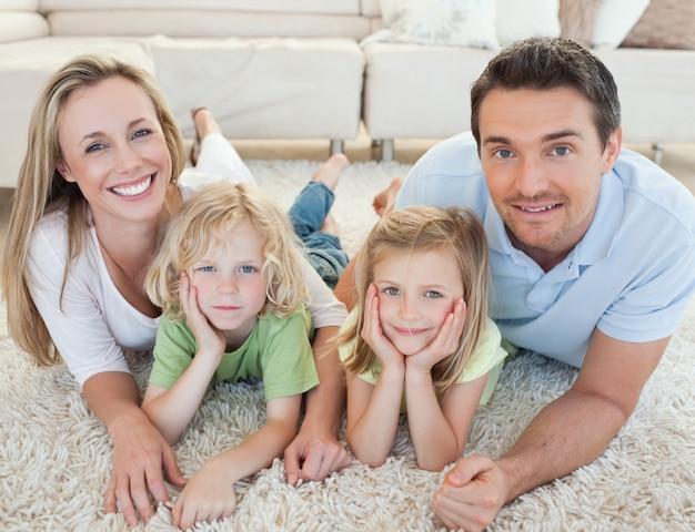 Familie auf dem teppich liegen