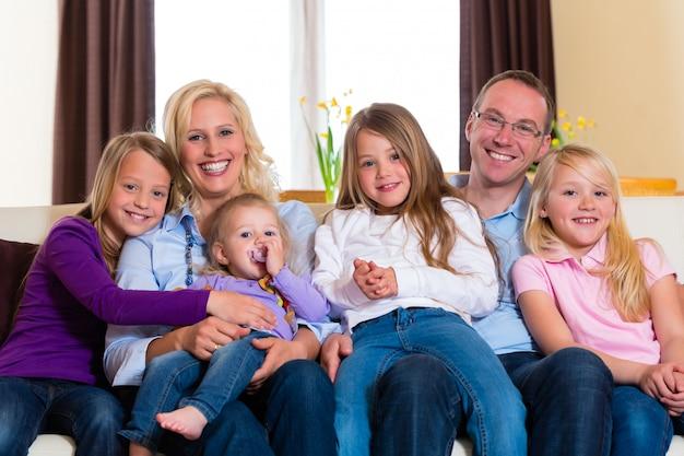 Familie auf einer couch