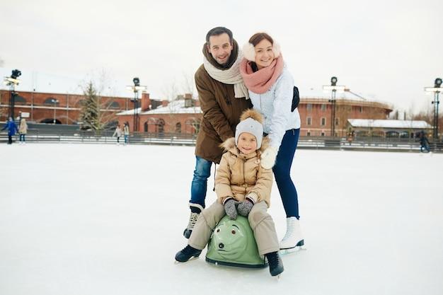 Familie auf eisbahn