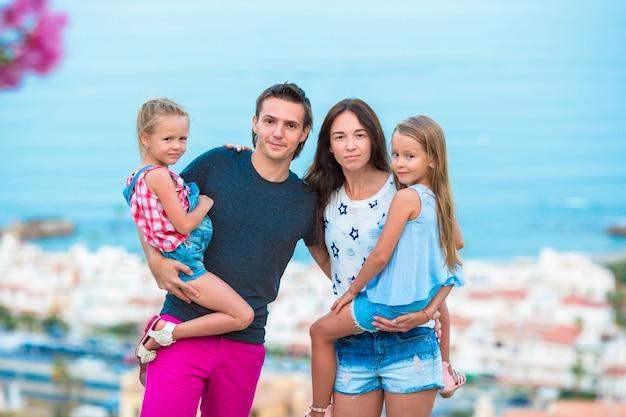 Familie auf europäischen strandferien