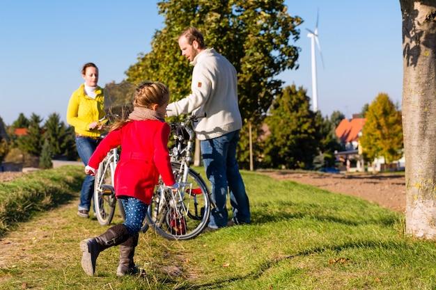 Familie auf fahrradtour im park