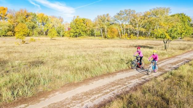 Familie auf fahrrädern herbst radfahren im freien
