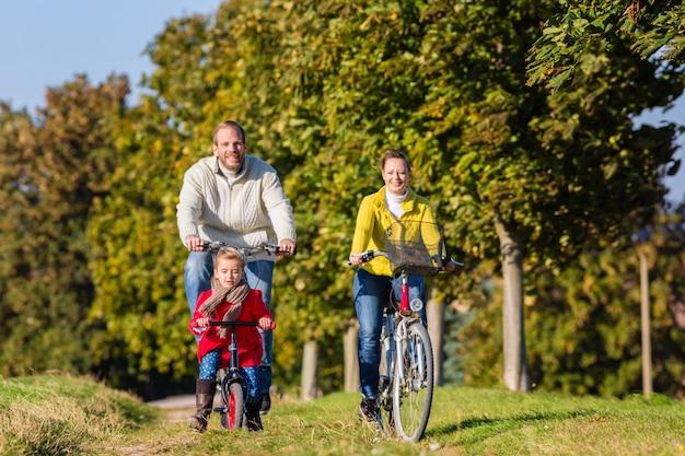 Familie auf radtour im park