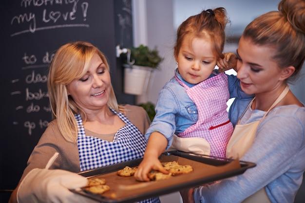 Familie backt kekse