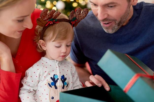 Familie beginnt weihnachten mit der eröffnung von geschenken