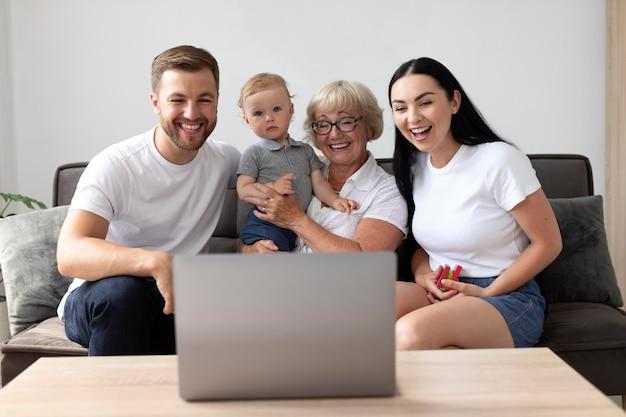 Familie bei einem videoanruf zu hause