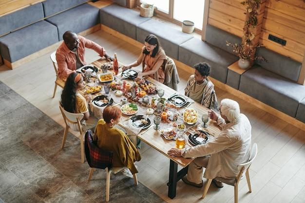 Familie beim abendessen im speisesaal