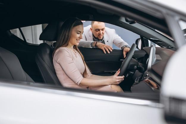 Familie beim kauf eines autos