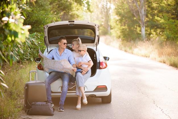 Familie bereit zu reisen und wählen sie einen ort auf der karte, wohin sie gehen