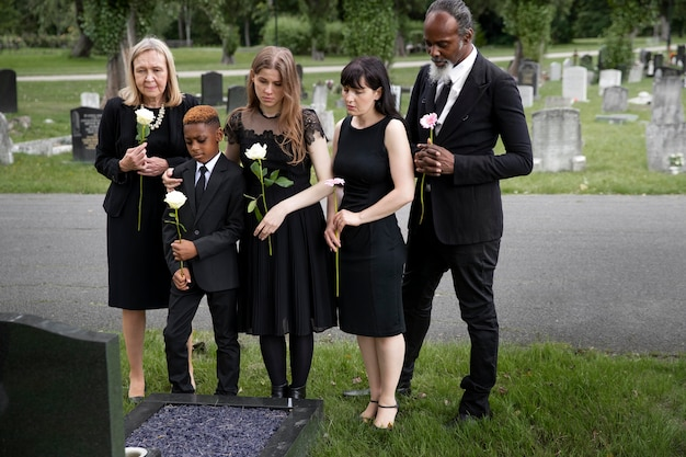 Familie besucht grab eines geliebten menschen