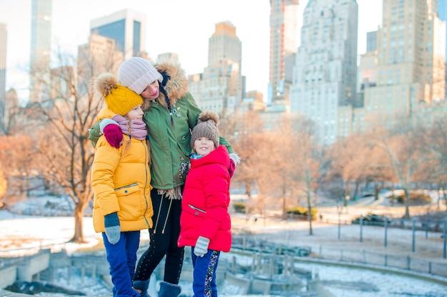 Familie der mutter und der kinder im central park während ihrer ferien in new york city
