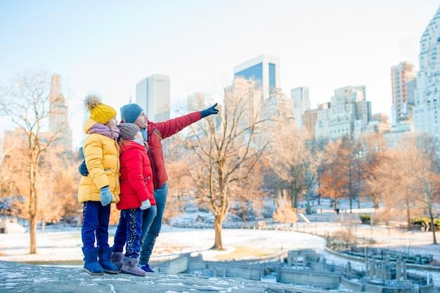 Familie des vaters und der kinder im central park während ihrer ferien in new york city