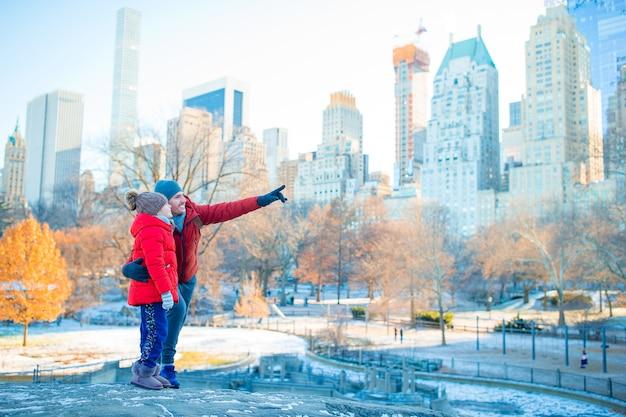 Familie des vaters und des kleinkindes im central park während ihrer ferien in new york city
