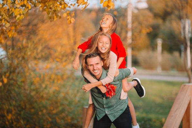 Familie des vatis und der kinder am schönen herbsttag im park