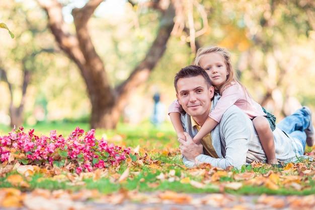 Familie des vatis und des kindes am schönen herbsttag im park