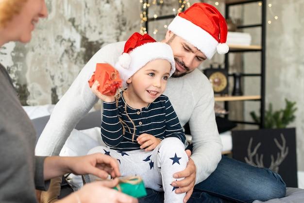 Familie, die am weihnachtstag zusammen ist