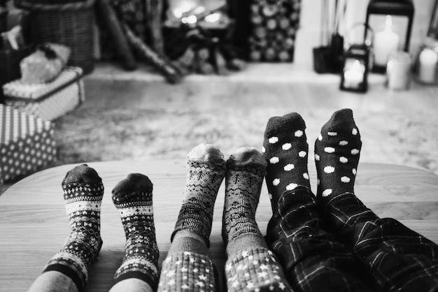 Familie, die an weihnachtsfeiertagen sich entspannt