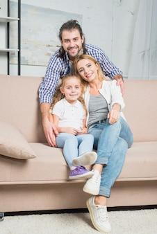 Familie, die auf dem sofa spielt