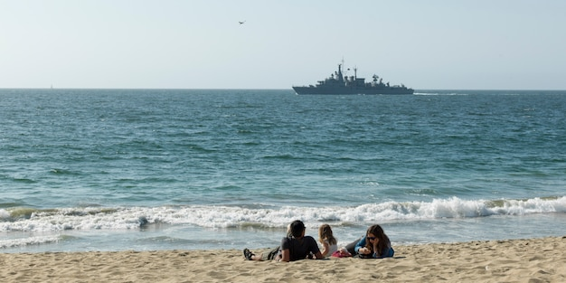 Familie, die auf dem strand, vina del mar, chile sich entspannt