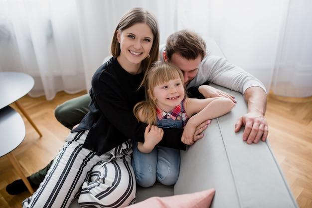 Familie, die auf sofa stillsteht